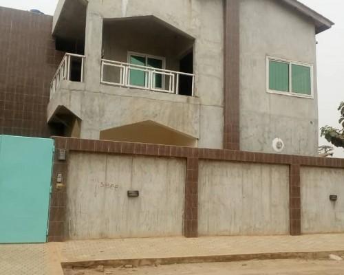 Immobilier Bénin : Immeuble R+1 bâti sur parcelle lotie et recasée située Calavi