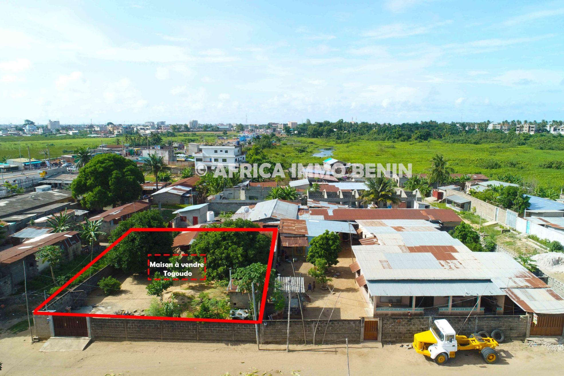 Togoudo : Maison bâtie sur une grande parcelle avec TF