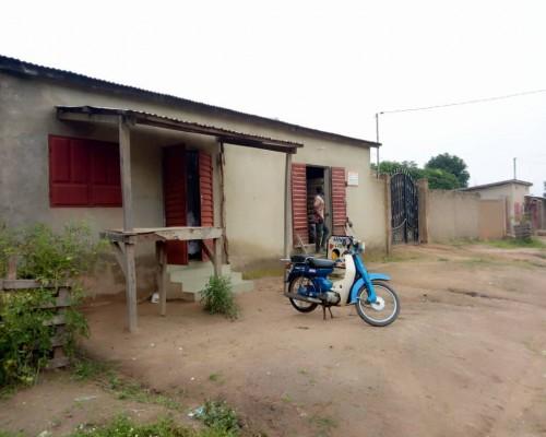 Immobilier Bénin : maison de trois chambres+Salons en vente à Cotonou (Avotrou).