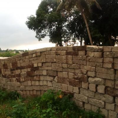 Parcelle de 500 m² loties à Adjagbo avec chambre dessus.